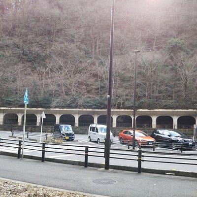 早川の対岸、迂回道路沿いの駐車場から撮影、長さは170mあり、全体を写真に収めることができませんでした。