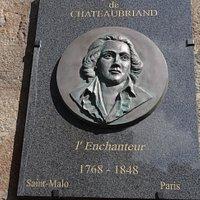 Le superbe médaillon hommage à Chateaubriand