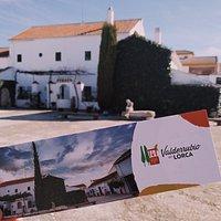 Parte trasera de la vivienda García Lorca en Valderrubio, junto con imagen en marcapáginas.