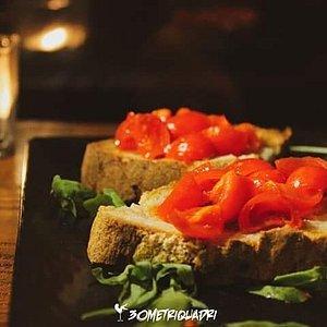 Bruschette, piadine, toast, sandwich, taglieri di salumi e formaggi, fritti misti: una varieà di stuzzicherie accompagnate da ottimi vini, bollicine e cocktail!
