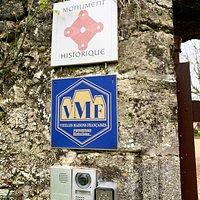 Au centre du village, on est attiré par l'entrée de ce château du 11ème siècle, modifié et agrandi au 15ème siècle. D'importants souterrains, primitivement refuges et voies de communication, servent aujourd'hui de caves à vins. Pour les visites, il faut s'adresser à la mairie. La visite concerne une partie du château et les extérieurs.