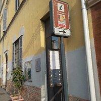 Ufficio Informazioni Turistiche di fronte alla Rocca Meli Lupi a Soragna