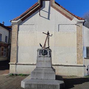 Le monument sur la place