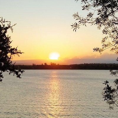 Puesta de sol sobre el lago Embalse vista desde el Mirador