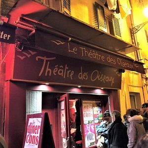 La façade du théâtre dans la rue de l'Abbaye