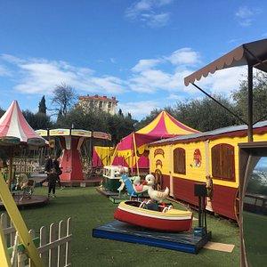 Parc d'attraction100% écologique à propulsion parentale Jardin de Cimiez