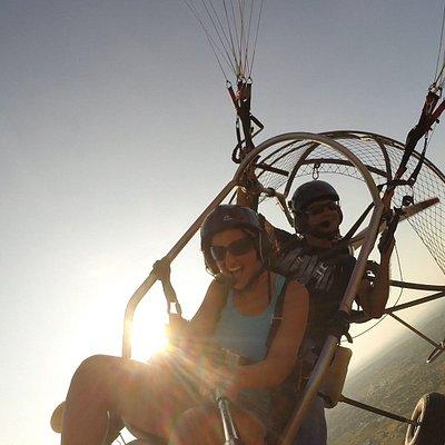 Voo com adrenalina no por-do-sol. O voo será sempre adequado ao gosto da pessoa que está a voar. Se pretende adrenalina serão feitas manobras arrojadas. Se pretende um voo descontraído e calmo, adaptamos todo o voo para voar de forma soft e calma.