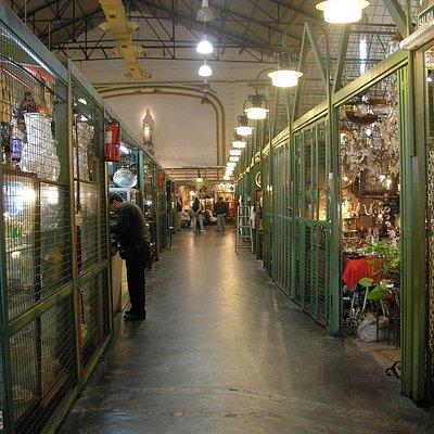 Vista de uno de los pasillos de la galería, con los comercios a los costados