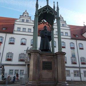 後ろは市庁舎です。