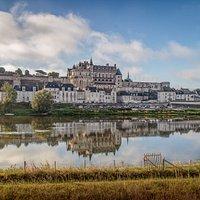 Vue du château royal d'Amboise depuis la rive nord de la Loire. Crédit : @FSL 2020 - Mark Playle