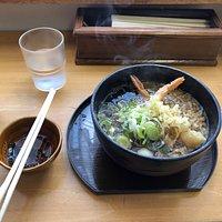 海老天蕎麦(温かいの)です。 左にある昆布の佃煮(ですか?)も含めホント美味しかった。