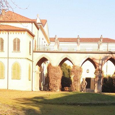 L'esterno della villa: portico con statue