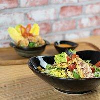 MYLIA Salat mit gegrilltem Lachs (im Vordergrund) und Gyoza goldgebackene Teigtaschen (Hintergrund)