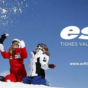 Bienvenue à l'ESF Tignes Val Claret ! Adultes ou enfants, en cours privé ou en cours collectif, nos moniteurs s'adaptent à vos envies et à votre niveau, afin que chacun profite et progresse à son rythme, dans une ambiance conviviale et chaleureuse ! Nous accueillons les enfants au Kid's Club et Club Piou Piou de l'ESF Tignes, dans un espace ludique et sécurisé qui permettra à vos enfants de s'initier au ski tout en s'amusant, grâce à un apprentissage par le jeu.