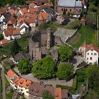 Burgfeste Dilsberg mit halbrunder Schildmauer und hoch empor ragendem Bergfried