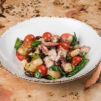 Итальянский салат с осьминогом и картофелем в ароматных травах