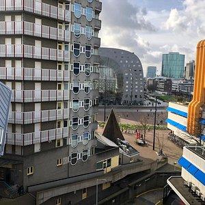 Het uitzicht op de Markthal vanuit de Kunstkubus.