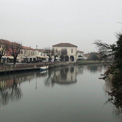 La sede storica del Comune di specchia sull'acqua del fiume ....