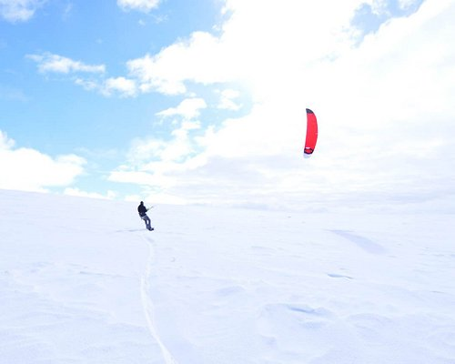 Efter den andre lektionen i kitekurser kör eleven själv på kristallvit snö
