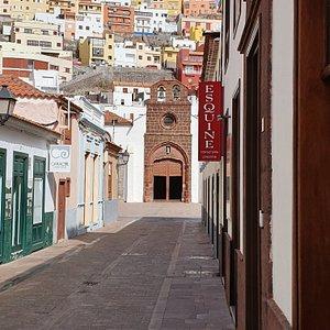 W sercu Starego Miasta San Sebastiam de La Gomera; uliczka z widokiem na Iglesia de la Virgen de la Asuncion