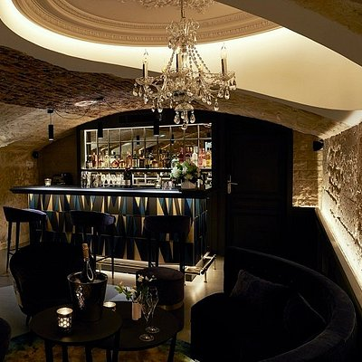 Hidden treasure of the Roi de Sicile Rivoli, you have to walk down a few steps from the reception to discover this warm and intimate hotel bar
