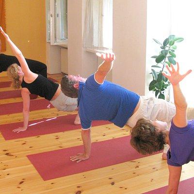 Kleine Gruppen, fließender Hatha-Yoga, sehr zu empfehlen