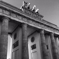 Almanya'nın başkenti ve aynı zamanda bir eyalet olan Berlin'de 2 gece 3 gün geçirdim. Tek kelimeyle harika bir şehir. Tarihi capcanlı karşınızda duruyor. Sokaklarda yürürken açık hava müzesinde gibi hissettim kendimi. Başımı ne yana çevirsem büyüleyici mimarisiyle etkisi altına aldı beni Berlin. Müzeler adasına mutlaka gidin. Dom'un bahçesinde çimlere serilip keyif yapın. Brandenburger Tor'u görün. Özetle anlatmakla bitmeyecek güzellikte bir şehir gördüm ben.