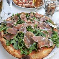 Pizza Parma mit Rucola