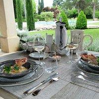 Cassolette de Langoustines rôties à l'huile d'Olive aux petites ravioles de chèvre, sauce crémeuse au Noilly-prat
