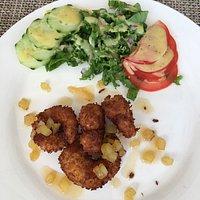 Vue extérieure et assiette de crevettes coco ananas.