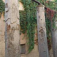 古羅馬帝國哈德良皇帝在一世紀末、二世紀初建造神廟時,現今還遺留下來的三根以埃及花崗岩、每根九米高的完整圓柱體