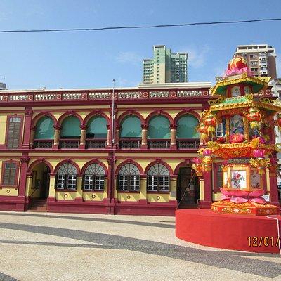 鮮やかな建物の外観