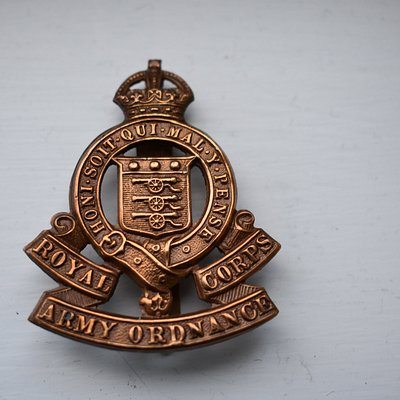 MANY ARMY WW1 AND WW2 BADGES IN STOCK
