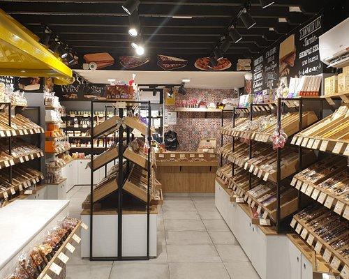 Sabores de Antaño elabora productos tradicionales: turrones, mazapanes, guirlaches, garrapiñada , chocolate y una amplia gama de frutas.