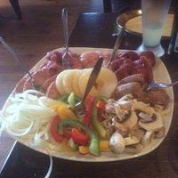 de enorme vlees- en groenteschotel
