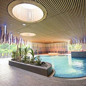 Das Freizeit- und Sportbad Tatami in Schmölln bietet eine große Saunalandschaft im japanischen Stil, eine Wasserlandschaft mit 400m² Wasserlandschaft und viele abwechslungsreiche Kurse für Groß & Klein. Im Sommer bietet das Freibad eine gute Gelegenheit für eine erfrischende Abkühlung.