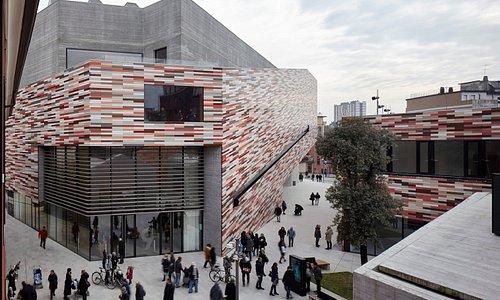 M9 è il risultato di un intervento di rigenerazione urbana  firmato dalla studio Sauerbruch Hutton, che affianca architetture storiche a edifici iconici di nuova costruzione. Un distretto culturale che ridisegna e restituisce spazi alla socialità.