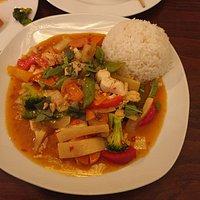 vitiamesische Spezialität mit Hühnchen. Wahnsinnig lecker. Angenehm scharf und sehr würzig. Phantastischer Thai-Basilikum!