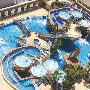En el balneario exterior podrás disfrutar de la piscina central del spa con jets, cuellos cisne y chorros cervicales, junto a cascadas de agua al aire libre.