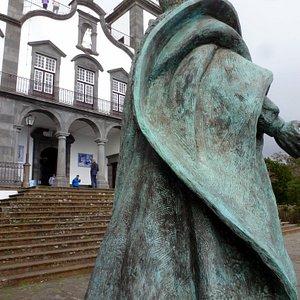 """Statue - Denkmal: Der selig gesprochene, Österreichische  Kaiser Karl I. Vor der Wallfahrts-Kirche  """" Nossa Senhora do Monte """""""