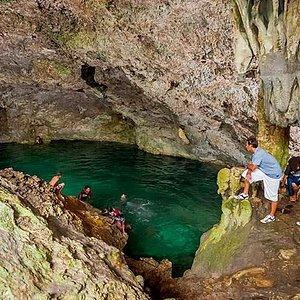 Dominique vous fera découvrir un sentier qui vous mènera jusqu'à la Grotte Anubet. Une marche de 20 minutes dans une forêt primaire ou vous aurez la chance d'apercevoir la perruche endémique à l'île. Une baignade est proposée dans la grotte. Se munir de bonnes chaussure, maillot de bain et eau.