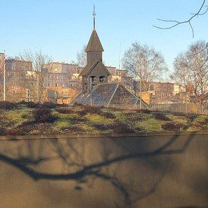 Mitt i stan denna pärla med skateboard barna och Parkskolan dagis bland alls härliga lövträd.Burgårds gymnasiet Scandinavium och Valhalla Mölndalsån.