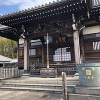 東急東横線妙蓮寺駅目の前にあるお寺です。日蓮宗大本山池上本門寺の末寺、山号は長光山です。