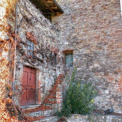 i resti della cinta turrita nel borgo di Soriasco
