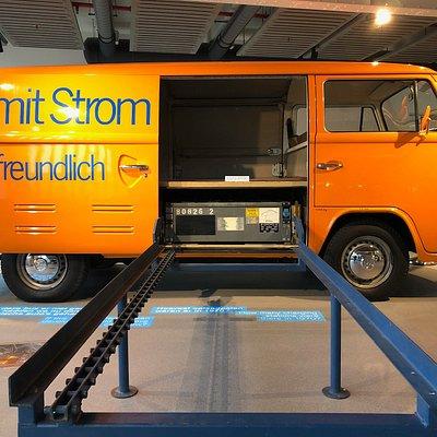 Elektrische VW bus. Via de rails kunnen de zware loodaccu's worden gewisseld.