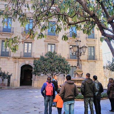 Cuando el chico nos explicaba el Palacio Episcopal donde se encuentra el Museo de Solsona.