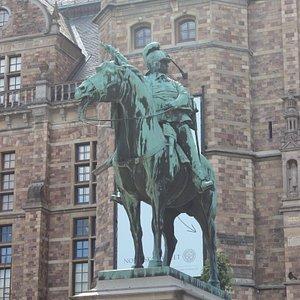 Памятник королю Швеции Карлу Десятому Густаву (1622-1660, король Швеции 1654-1660) возле музея Северных стран.