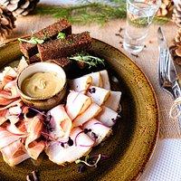 Фермерское сало: соленое, перченое, копченое. Подается с чесночными гренками, солеными огурцами, хреном и горчицей.