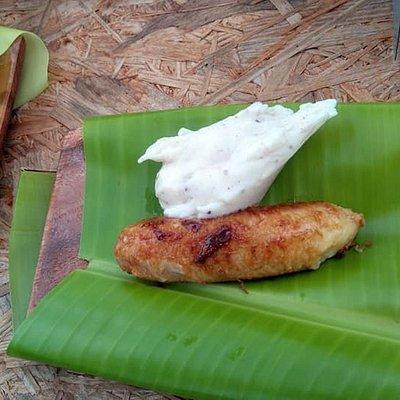 黒糖づくりの後は、フライパンにこびりついた黒糖で島バナナのキャラメリゼを作ります。また島バナナのアイスクリームも添えて試食できます。お皿はバナナの葉っぱ。