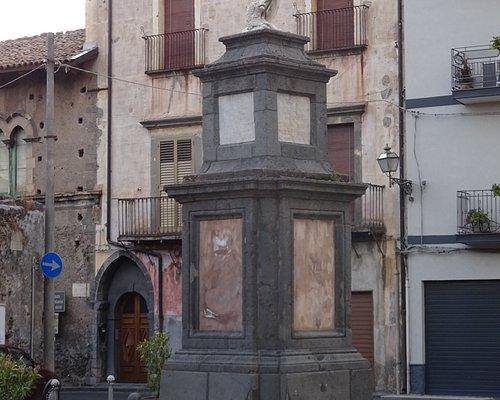 """Statue of """"Randazzo Vecchio"""" - Randazzo, Sicily"""